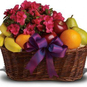 košarica voća sa buketom cvijeća